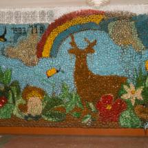 Стена с картиной перед кабинетом биалогии