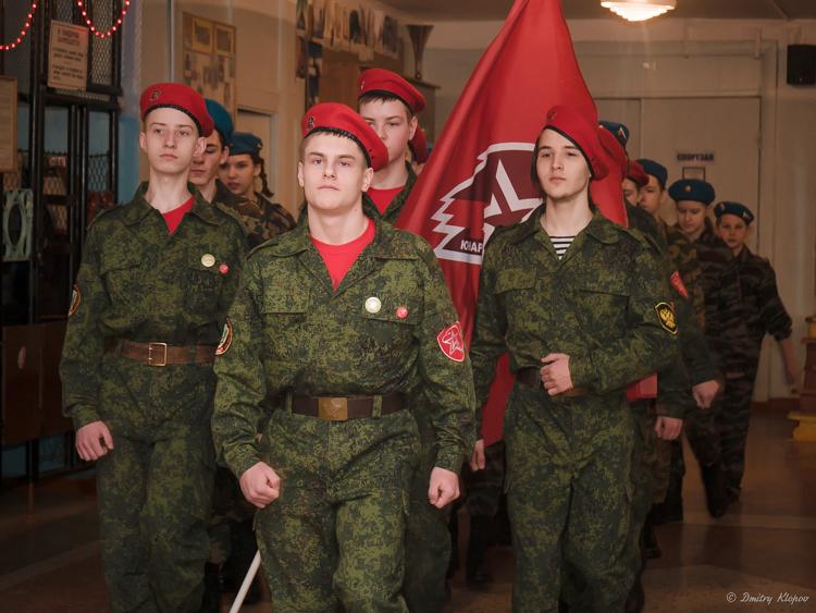С Днем защитника отечества! Торжественная линейка, состязания на переменах и праздничный концерт.