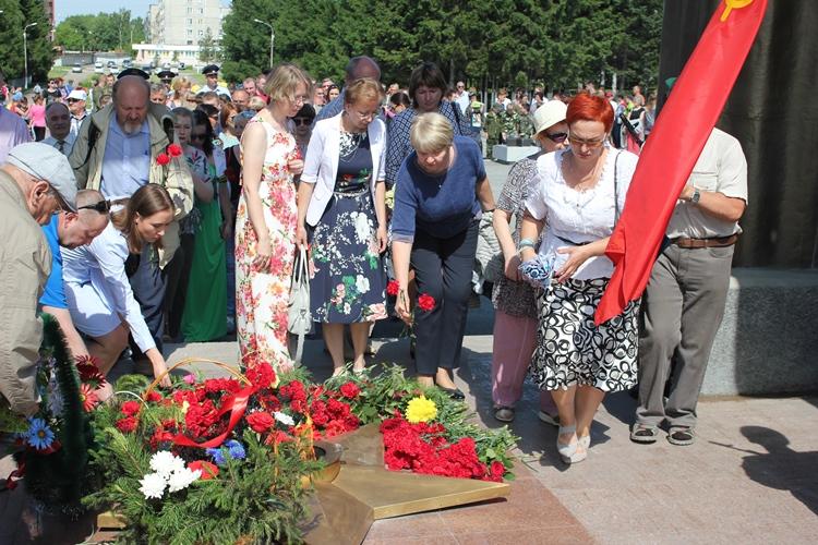 22 июня учителя нашей школы приняли участие в мероприятиях посвященных Дню Памяти и Скорби, возложили цветыкмемориалу Славы