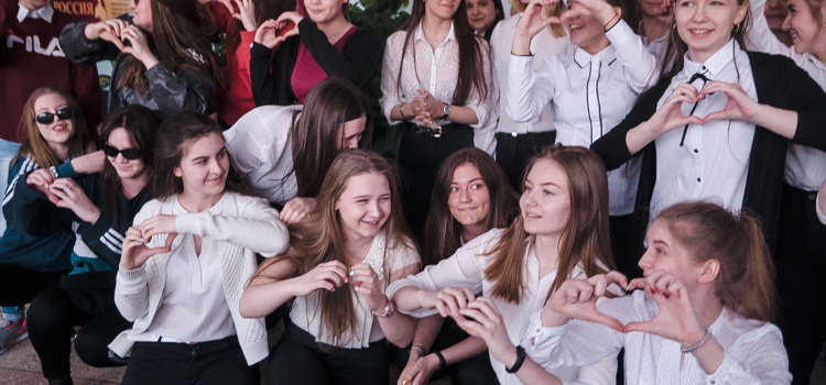 Девчонки поздравили на переменах парней с Днем Защитника Отечества.